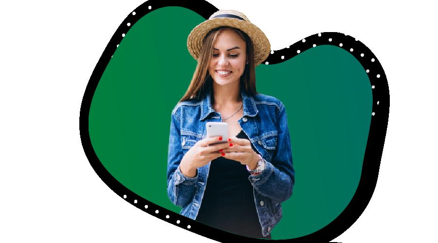 Pontual Telecom menina mexendo no celular pagina de planos residenciais
