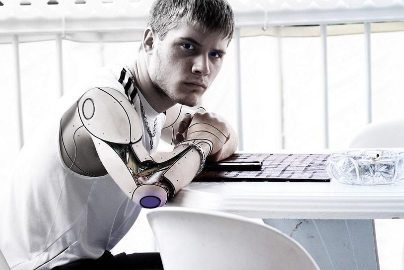 rapaz irritado com corpo de cyborgue pontual telecom internet ultraveloz em canoas